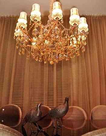 O requinte dos lustres de cristais dos anos 1950 e 1960 está de volta e virou tendência na decoração atual - Eduardo de Almeida/RA Studio
