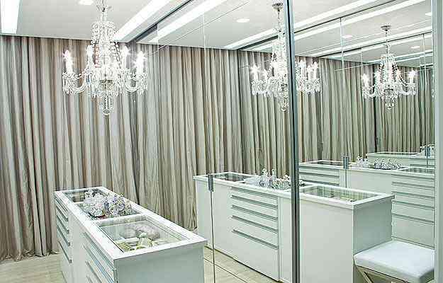 Projeto da arquiteta Sandra Penna deu tom refinado ao closet branco com lustre de cristal - Arquivo pessoal/Divulgação