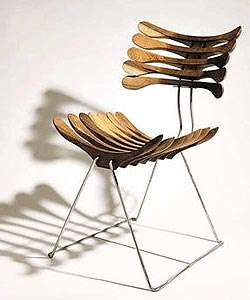 Cadeira Esqueleto, por Pedro Franco. O encosto e o assento foram criados com a reutilização de cabides de roupa. A estrutura é de aço inox e um assento sobreposto de chapa metálica é revestido com espuma e tecido - Divulgação