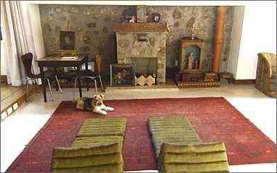 Em frente à lareira revestida em pedra e decorada por oratório policromado, também com santas de roca e fragmentos de altar, futons orientais chamam ao repouso - Euler Júnior/EM/D.A Press