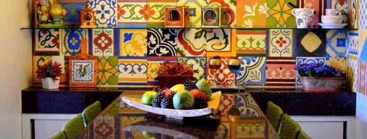 A cozinha apresenta detalhes em cores e elementos que favorecem o espaço e esquentam o ambiente - Beatriz Teixeira/Divulgação