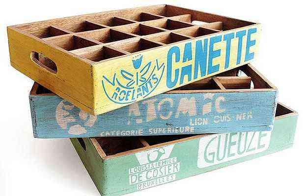 O Engradado produzido em madeira com inspiração retrô pode ser utilizado como bandeja ou como revisteiro, custando R$ 299  - Divulgação