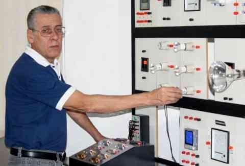 """""""As tomadas hoje são em módulos, o que permite uma configuração em até três no mesmo ponto, o que certamente evitará aquecimentos irregulares"""" - João Carlos Lima, engenheiro elétrico da Loja Elétrica"""