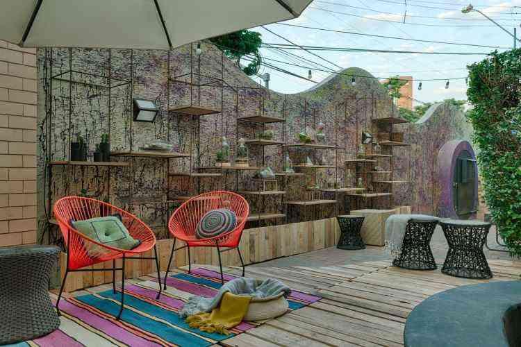 O espaço de entrada da mostra é o Jardim da Vila Urbana, das arquitetas Jordanna Cotta e Barbara Chaves. A proposta é ser um local de convivência - Gustavo Xavier/Divulgação