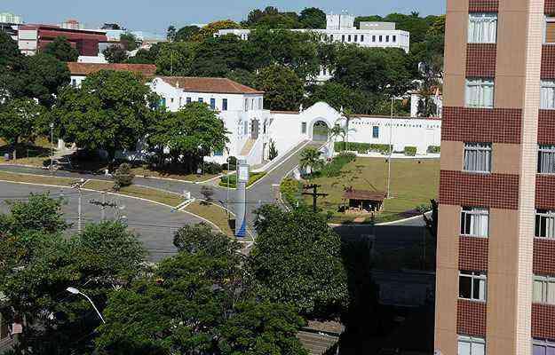 Prédios residenciais predominam no bairro. Ao fundo, a imponente sede da PUC Minas - Cristina Horta/EM/D.A Press