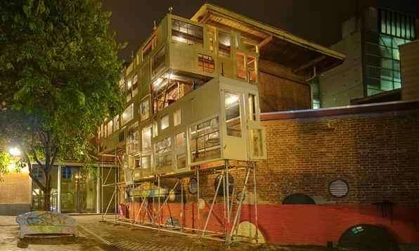 Arquiteta cria casa comunitária toda feita com portas e janelas reaproveitadas