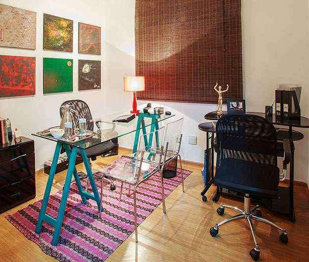 No cenário criado por Laura Santos, a mesa com suporte azul faz composição de cor com tapete e os quadros - Osvaldo Castro/Divulgação