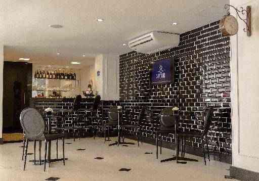 No bar de um hotel em Belo Horizonte, a arquiteta Valéria Loureiro utilizou a cor em uma das paredes, nas mesas e nos bancos - Arquivo Pessoal/Divulgação