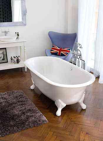 Banheira com pés tem detalhes mais modernos e contemporâneos para compor uma decoração romântica - Doka Bath Works/Divulgação