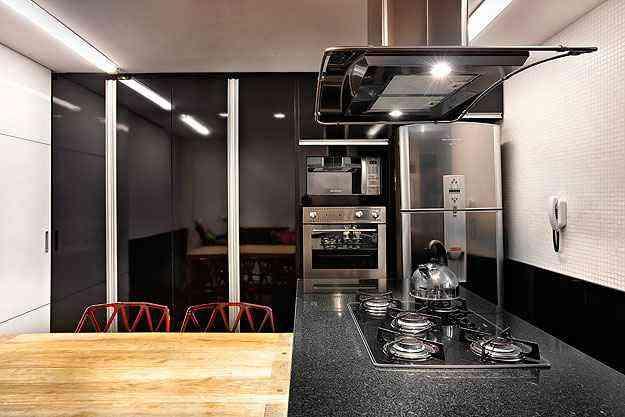 A arquiteta Fernanda Sperb desenvolveu o projeto para cozinha com o granito preto combinando  eletrodomésticos de aço inox e madeira -  Arquivo Pessoal/Divulgação