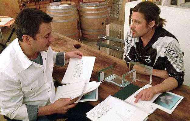 Brad Pitt e Frank Pollaro em uma reunião na adega da casa do ator, na França - Pollaro Custom Furniture/Divulgação