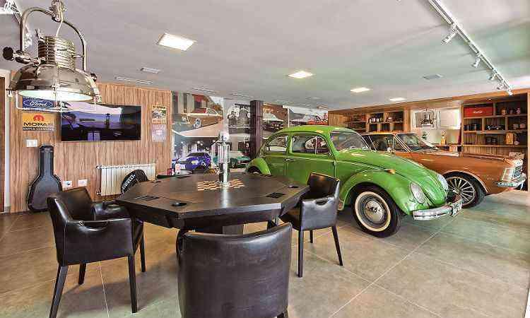 A garagem ganhou quatro cenários: oficina, mesa de jogos, garagem e palco - Studio Gisele Busmayer/divulgação
