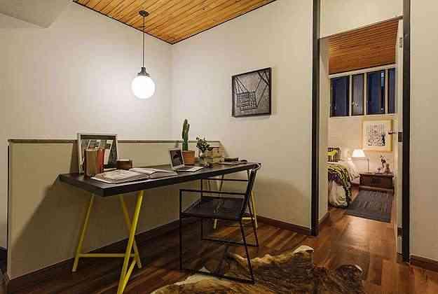 No projeto de Marina Dubal, da DAD Arquitetura e Design, para este escritório, o cavalete amarelo confere luminosidade ao ambiente - Henrique Queiroga/Divulgação