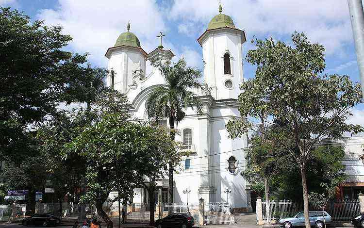 Igreja de Santa Tereza, na  principal praça do bairro, é referência religiosa - Edésio Ferreira/EM/D.A Press