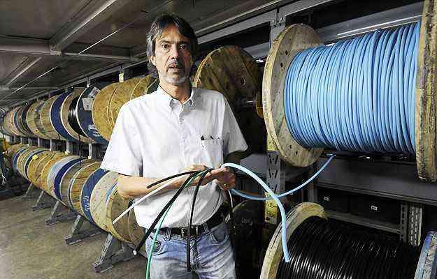 Jorge Luiz Silva, supervisor de compras da Loja Elétrica, alerta para fios e cabos piratas - Jair Amaral/EM/D.A Press