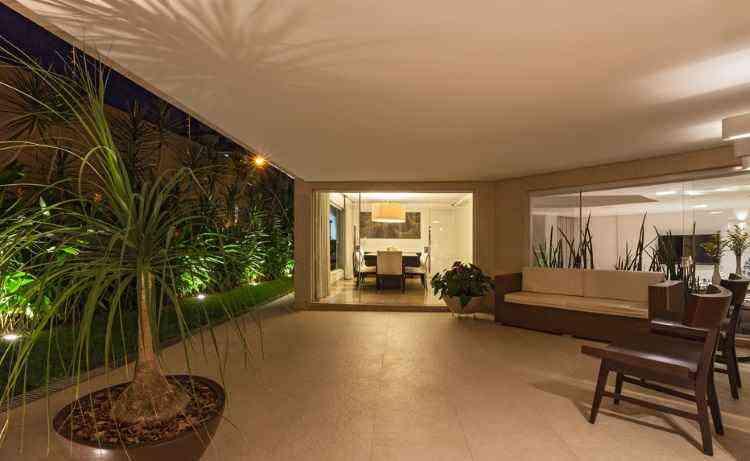 Áreas externas, como neste projeto da arquiteta Estela Netto, são ótimas para receber os convidados - Daniel Mansur/Divulgação