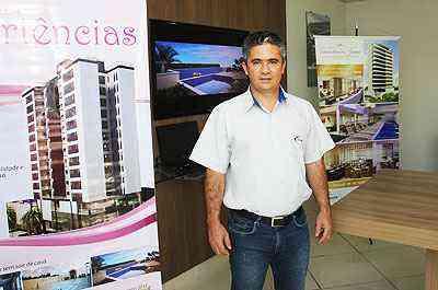 O gerente de negócios da Construtora Escala, Admilson Moura, diz que a empresa oferece, no mínimo, imóvel com salão de festas  - Edésio Teixeira/EM/D.A PRESS