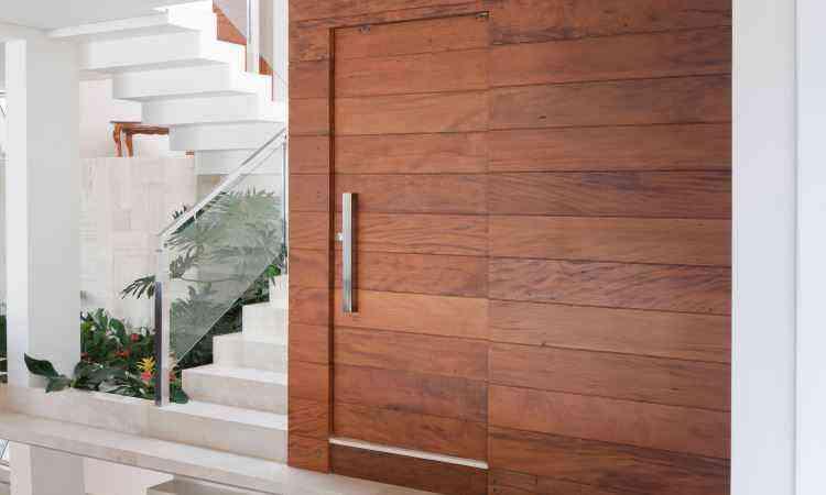 Porta de madeira é um modelo que se destaca e caracteriza o estilo de uma construção - Diego Rocha/Divulgação