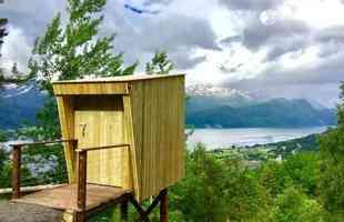 Casa na árvore desvela a visão para a beleza estonteante dos fiordes noruegueses