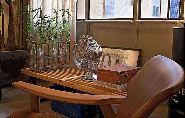 As garrafas de leite, que faz as vezes de jarro de plantas, também foram garimpadas em um antiquário - Henrique Queiroga/Divulgação