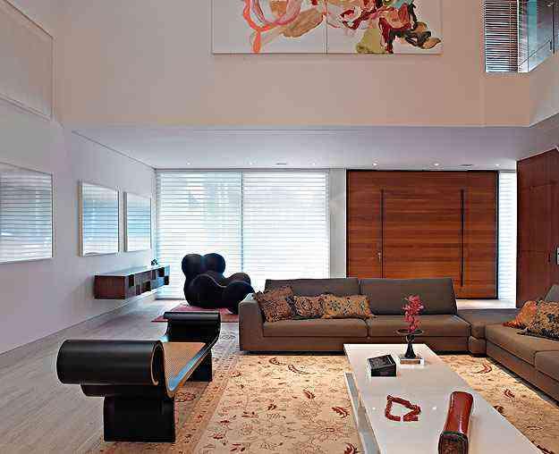 Estar: As poucas paredes brancas mantêm a sensação de amplitude, e nelas foi colocado telas e foto de artistas consagrados  - Jomar Bragança/Divulgação