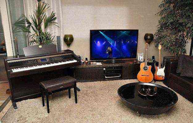 Dispostos na sala de estar ou colocados em um canto, equipamentos musicais podem ser usados de forma despojada - Eduardo Almeida/RA Studio