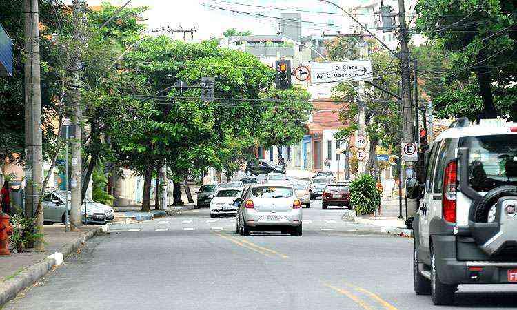 Uma das principais avenidas do bairro, a Izabel Bueno abriga todo tipo de comércio, escolas e bons restaurantes - Beto Novaes/EM/D.A Press
