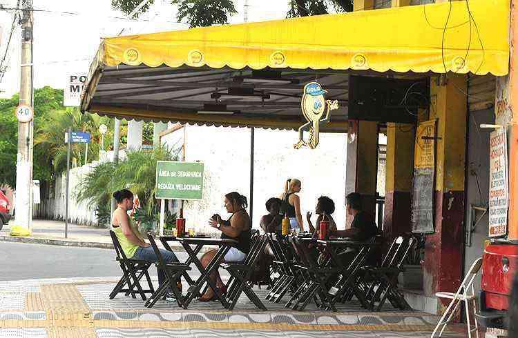 Bate-papo descontraído nos barzinhos é cena comum nos finais de tarde na região - Ramon Lisboa/EM/D.A Press
