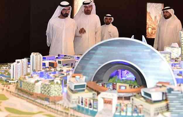 Imagem divulgada pelo gabinete do Sheikh Mohammed Bin Rashid al-Maktoum, governante de Dubai, o mostra (à esq.) olhando para a maquete da cidade durante a apresentação do projeto, no início de julho - AFP PHOTO/HO/SHEIKH MOHAMMED BIN RASHID AL-MAKTOUM
