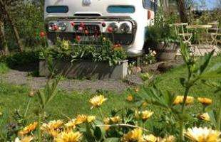 Casal transforma ônibus abandonado em charmosa casa para receber turistas