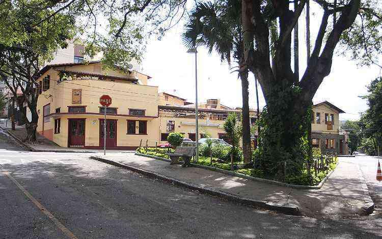 Praça Ernesto Tassini abriga pizzaria e bar que são muito frequentados - Edésio Ferreira/EM/D.A Press