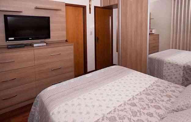 No prático projeto da arquiteta e designer de interiores Valéria Alves, a cômoda no quarto do casal assume papel duplo: também é móvel para a TV - Elmo Alves/Divulgação