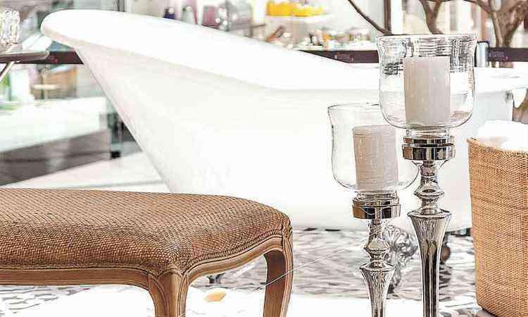 Já na sala de banho, Vanessa Carvalho quis um espaço clássico e com clima de refúgio, para  relaxar e descansar - Henrique Queiroga/Divulgação