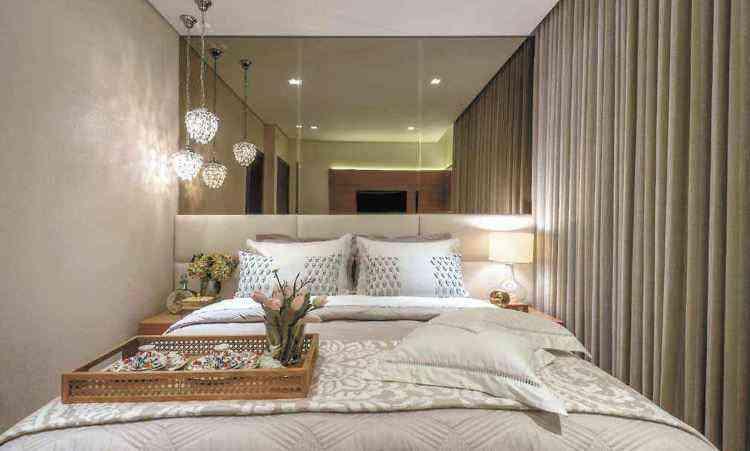 Uso de tons claros traz sensação de aconchego ao quarto de casal e pode ser valorizado com texturas diferentes - Daniel Mansur/Divulgação