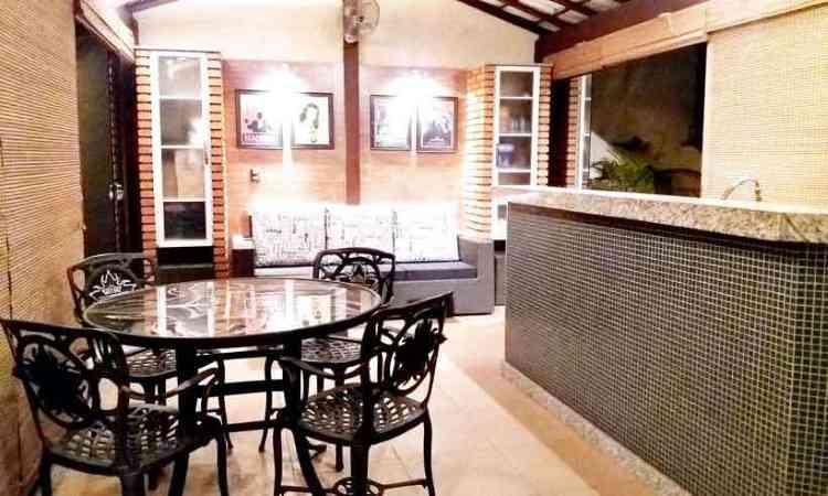 A varanda foi integrada com cozinha gourmet e sala de TV, criando um ambiente agradável para conviver - Fernanda Berni/Divulgação