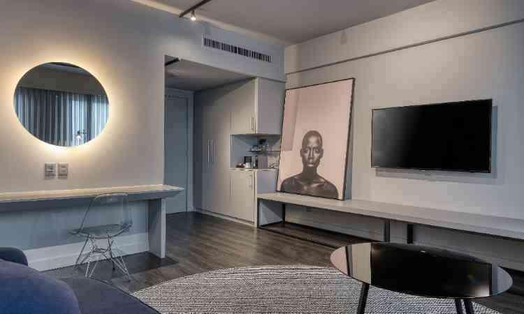 Neste projeto para um hotel em BH, do arquiteto Junior Piacesi, a luz aparece suave atrás do espelho - Gustavo Xavier/Divulgação