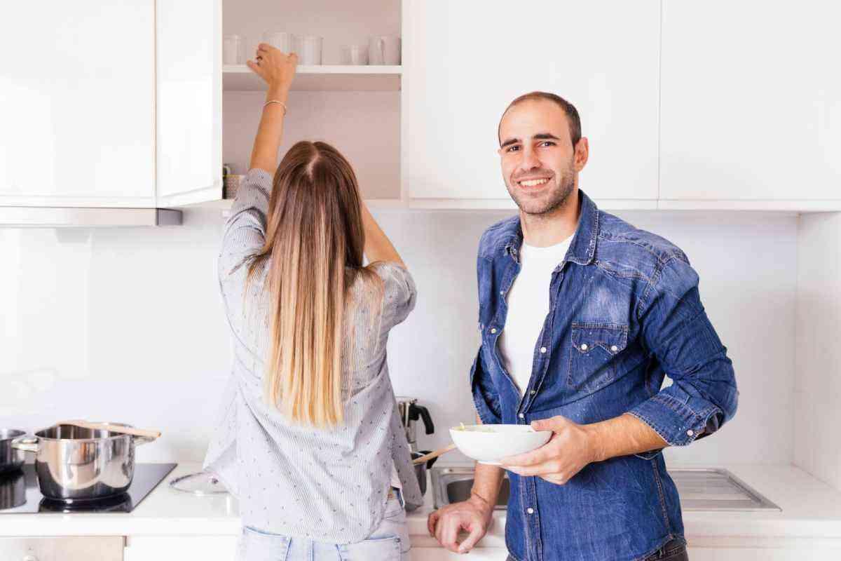 Sem bagunça: aprenda como organizar o armário da cozinha com praticidade