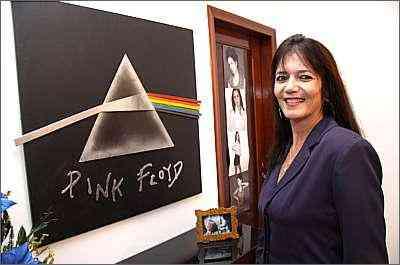 Apaixonada por rock, Liège Portes instalou em casa quadro de metal do famoso disco <i>Dark Side of the Moon</i> - Gladyston Rodrigues/Ao Cubo Filmes