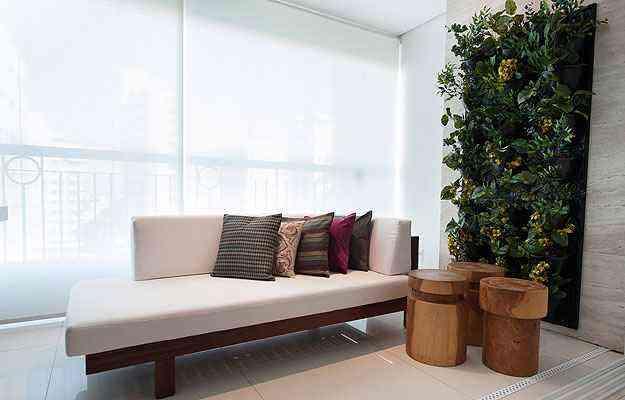 Jardim vertical leva a natureza para dentro da sala no projeto da arquiteta Sílvia Carvalho - Guilherme Passos/Divulgação