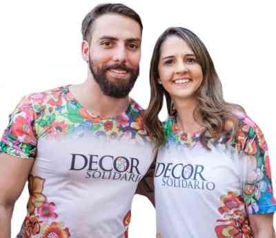 Os designers Filipe Bastos e Erika Medeiros, voluntários do Décor Solidário, vestem a camisa criada pelo estilista Victor Dzenk - Osvaldo castro/Divulgação