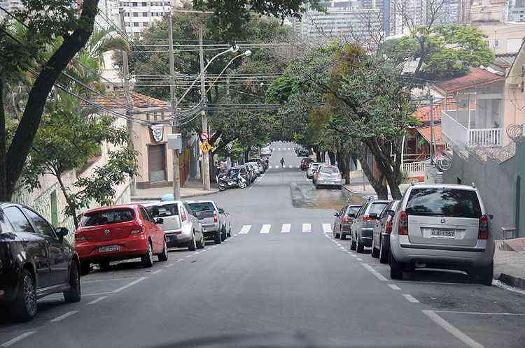 Rua Leopoldina é uma das principais vias do Santo Antônio, conhecida pela vaquinha de cimento que fica na calçada - Beto Novaes/EM/D.A Press
