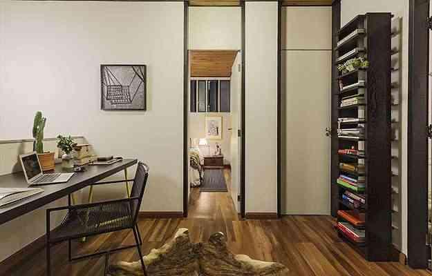 O segundo andar se compõe com uma ante sala que acessa os quartos e o banheiro - Henrique Queiroga/Divulgação