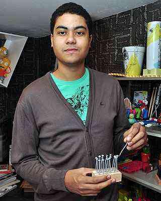 Marco Dias Reis mostra objetos do ambiente Loja de Garagem - Garimpo do Zé, criado por ele para a Morar Mais por Menos 2012, em BH, como este kit de petiscos em forma de pregos  - Eduardo Almeida/RA Studio