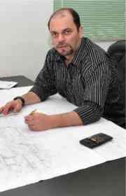 O engenheiro Júlio Fonseca afirma que a economia é diferencial dos elevadores modernos  - Eduardo Almeida / RA Studio