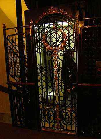 Elevadores mais antigos tinham porta gradeada, fechada à mão - Alfredo Durães/EM/D.A Press