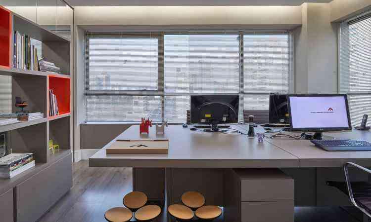 Ambiente de trabalho tem ar sóbrio e elegante com a cor em alguns pontos destacados - CLS Arquitetura/Divulgação