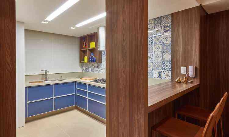 Na cozinha, a utilização do azul no móvel e na parede torna o espaço convidativo - CLS Arquitetura/Divulgação
