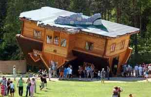 Casa de ponta-cabeça na cidade de Szymbark, na Polônia