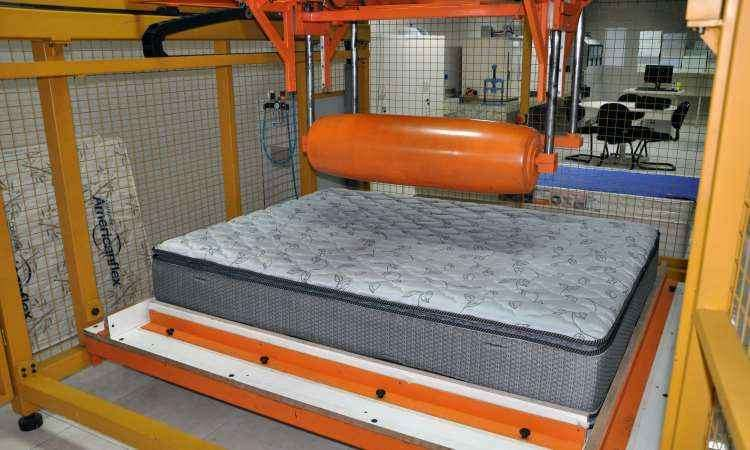 Máquina de rolagem simula três anos de uso com rolo que pesa 110 quilos - Americanflex/Divulgação