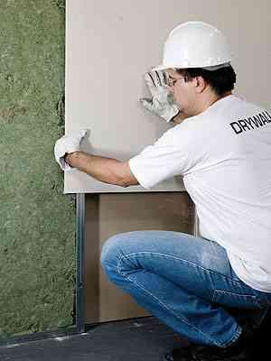 Operário aplica placa de drywall - Associação Brasileira de Drywall/Divulgação